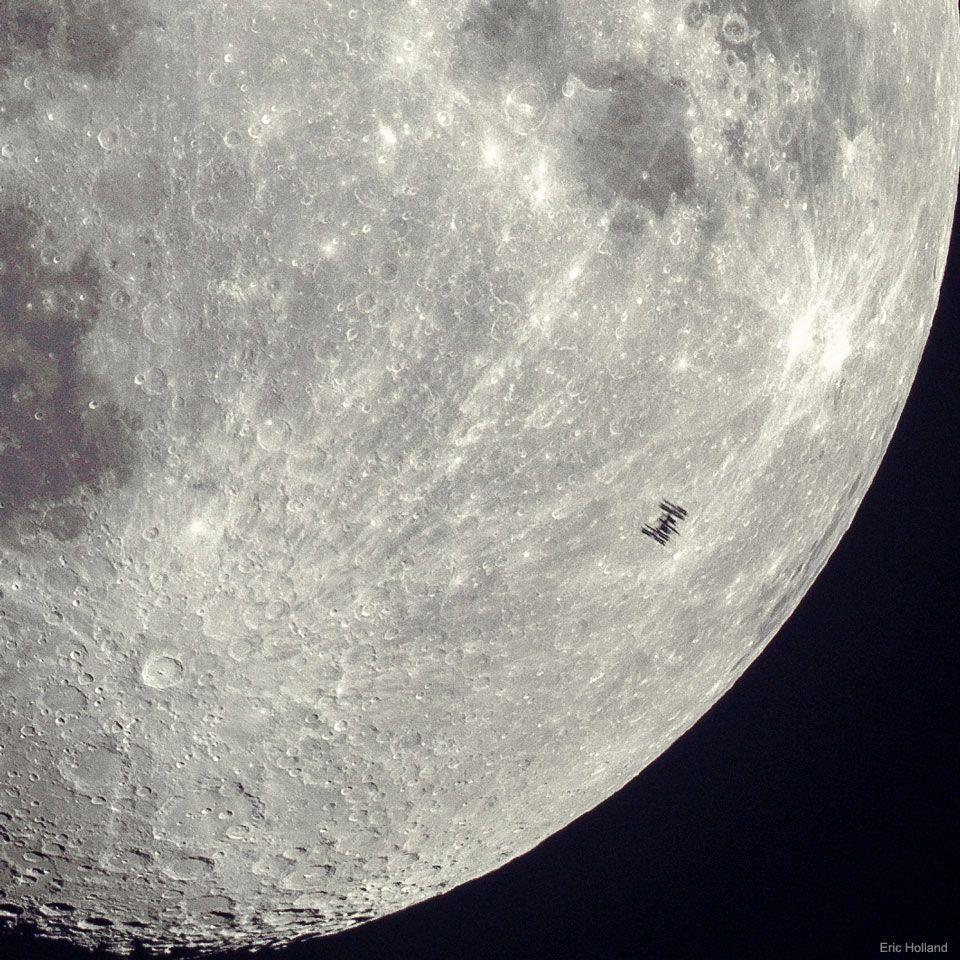 Silueta de la Estación Espacial en la Luna